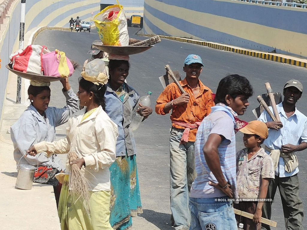 Corona Virus: Workers in Delhi are not getting a bus or train to goto their home